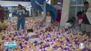 Shopping no Recife oferece diversão para crianças que estão de férias - Meninada brinca em piscina de bolinhas, no Tacaruna
