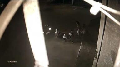 Motorista bêbado perde o controle do carro e atropela quatro crianças em Goiás - Cinco crianças brincavam na calçada, por volta das 22h de domingo (12), quando um motorista fez a volta na rotatória, perdeu o controle do carro e atingiu o grupo. Dois meninos, de 6 anos e 12 anos, ficaram feridos. Eles passaram por cirurgias e estão se recuperando.