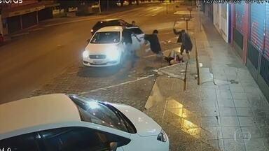 Câmeras flagram torcedor do Gama sendo espancado no Distrito Federal - Rapaz usava camisa do time rival e foi cercado no meio da rua na saída de uma festa.