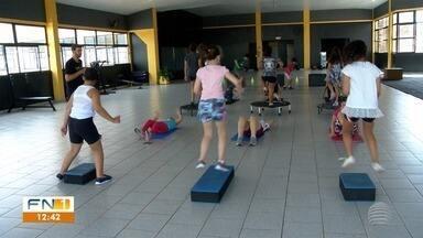 Turminha mostra coordenação e se diverte ao praticar esporte - Funcional kids cai no gosto de pequenos e pequenas de Pirapozinho.