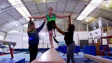 Thiago Pereira conhece a história de Laura, que experimenta a ginástica pela primeira vez - Thiago Pereira conhece a história de Laura, que experimenta a ginástica pela primeira vez
