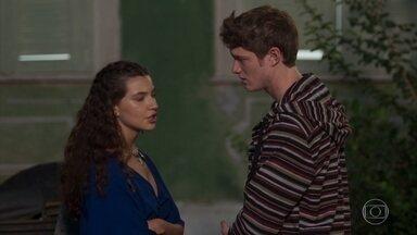 Filipe e Rita se beijam - O casal não resiste à aproximação