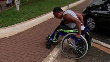 Cadeirantes e deficientes de Itaquaquecetuba reclamam de falta de acessibilidade - Moradores reclamam de calçadas sem rampas, banheiros públicos sem acesso, falta de estacionamento e ônibus com elevadores quebrados.