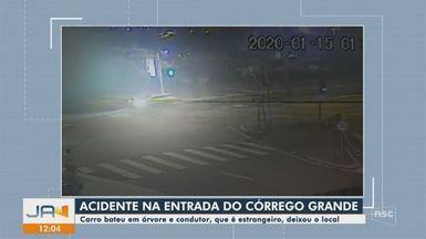 Turista norte-americano bate em árvore e abandona carro em Florianópolis - Turista norte-americano bate em árvore e abandona carro em Florianópolis