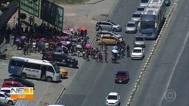 Famílias que ocupam prédios condenados fazem protesto em Olinda - Edifícios foram interditados pela Defesa Civil e famílias afirmam que não tem para onde ir.