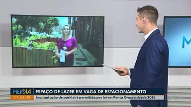Ponta Grossa tem primeiro parklet instalado em vaga de estacionamento - Espaço começou a funcionar na sexta-feira (10). Lei de 2016 permite a instalação de estruturas.