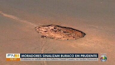 Moradores pedem solução para problemas em asfalto de Presidente Prudente - No Jardim Maracanã, buraco em via pública foi sinalizado pelos próprios munícipes.