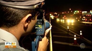 Polícia Rodoviária fiscaliza veículos em excesso de velocidade na SP-270 - Intuito é combater o desrespeito ao limite permitido na rodovia durante a noite.