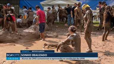 Alunos de ONG comemoram a aprovação no vestibular da UFPR - A Universidade Federal do Paraná divulgou a lista dos aprovados no vestibular.
