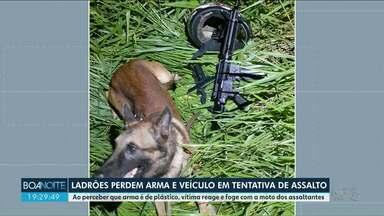 Ladrões tentam assalto, mas vítima foge com a moto e a arma de brinquedo dos bandidos - O caso aconteceu em Maringá. Polícia investiga se os mesmos assaltantes participaram de outros assaltos na cidade.