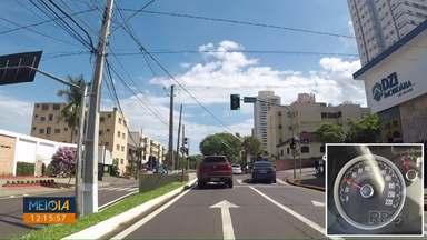 Meio Dia Paraná testa onda verde na avenida JK - CMTU garante que a 45 km/h dá pra pegar todos os semáforos abertos.