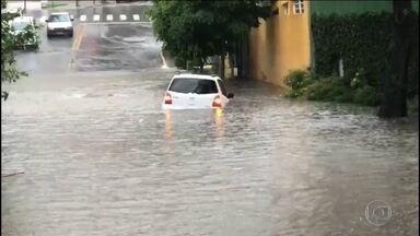 São Paulo entra em estágio de atenção para chuvas - Na Zona Norte, rios transbordaram, a água invadiu carros, casas e derrubou árvores.