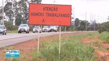 Obras da DF-001 começaram em julho e já estão paradas - DER tinha dado o prazo de seis meses para término da ampliação do trecho que liga Taguatinga a Brazlândia.