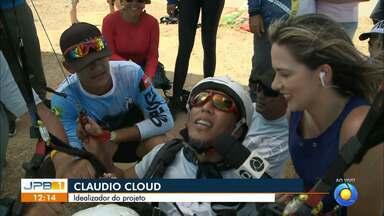 Projeto leva cadeirantes para fazer passeio de parapente na Praia do Sol, JP - Ação teve a participação de 65 cadeirantes e dezenas de voluntários