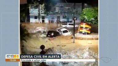 Defesa Civil Estadual se mobiliza para salvar o maior número de pessoas após chuvas - Algumas áreas do Sul do ES ainda estão sem acesso.