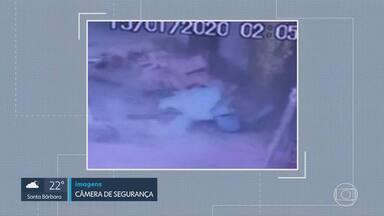 Marquise desaba e atinge mulher em Ibirité - Uma câmera de segurança flagrou o acidente.