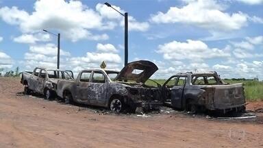 Fronteira entre Brasil e Paraguai em MS é bloqueada após fuga de mais de 70 presos - Setenta e seis bandidos ligados a uma organização criminosa comandada por presidiários que agem dentro e fora da cadeia escaparam. Um foi capturado. Estão foragidos 35 paraguaios e 40 brasileiros
