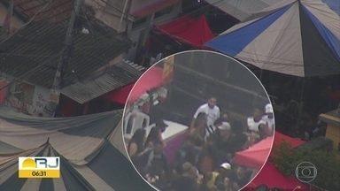 Globocop flagra homem portando fuzil em baile na Cidade de Deus - Durante um baile funk na Cidade de Deus, um homem foi flagrado usando um fuzil.