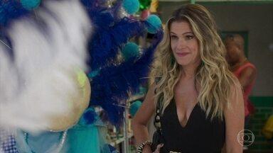 Silvana insiste em ficar com a fantasia de Paloma - Paloma se recusa a ceder a peça e diz que comprou com o próprio dinheiro