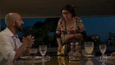 Álvaro avisa a Lurdes que a situação da escola pode piorar - Lurdes fica nervosa e promete falar com Camila