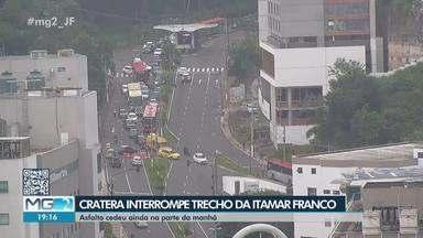 Cratera causa transtornos no trânsito em avenida de Juiz de Fora - Problema aconteceu na Avenida Presidente Itamar Franco, no Bairro Cascatinha; situação é recorrente no trecho.