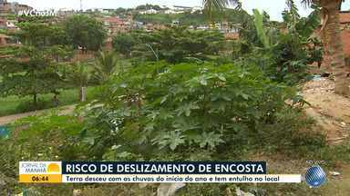 Moradores do Alto do Cabrito reclamam de encosta com perigo de deslizamento - Parte da encosta já cedeu e muita gente coloca lixo e entulho no local, aumentando os riscos.