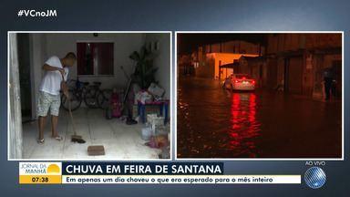Temporal deixa ruas e casas alagadas em Feira de Santana - Em apenas um dia, choveu o volume que era esperado para o mês inteiro na cidade.