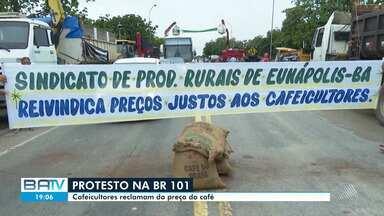 Cafeicultores do sul da Bahia fazem protesto na BR 101 por causa de preço da saca de café - A manifestação foi nesta sexta-feira (24), na entrada da cidade de Itabela.