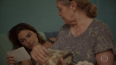 Betina vê uma foto de Verena - Ela encontra foto enquanto conversa com a mãe