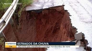 Cratera causa interdição da GO-070, em Goiânia - Chuva intensa fez com que córrego transbordasse e impedisse o tráfego de carros.