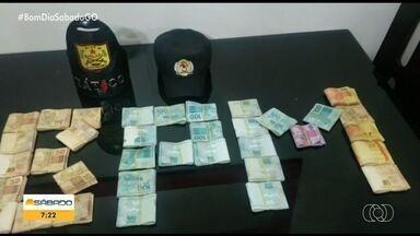 Homem é preso e menor é apreendido suspeitos de roubar R$ 40 mil de contas do PIS/PASEP - Segundo a polícia, a dupla raqueava as contas e a pessoa só descobria quando tentava sacar o benefício, pois o dinheiro já tinha sido sacado pelos bandidos.