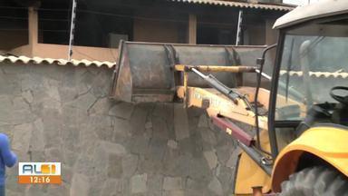 Casa onde funcionava fábrica que incendiou é demolida - Equipe de Corpo de Bombeiros acompanhou a demolição da estrutura.