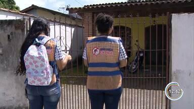 Agentes vistoriam casas em busca de criadouros do mosquito da dengue em Caraguatatuba - População é orientada sobre os cuidados.