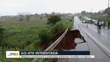 Goinfra começa obra para recuperar trecho da rodovia que desmoronou após chuva - Quem passa pelo local tem que ter paciência para enfrentar o congestionamento.