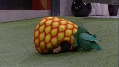 Chumbo rola no gramado com fantasia do Castigo do Monstro - Brothers cumprem castigo