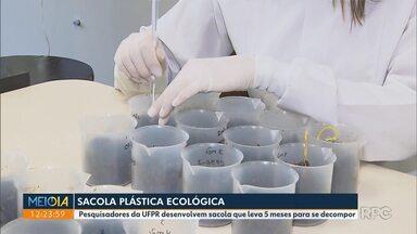 Pesquisadores da UFPR desenvolvem sacola com produto que não polui o meio-ambiente - As sacolinhas feitas com pellets levam pouco meses para se decompor.