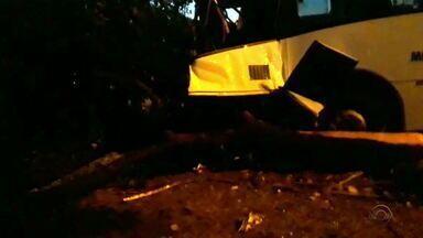 Acidente de ônibus deixa sete pessoas feridas na zona norte de Porto Alegre - Veículo bateu contra uma árvore, no canteiro central.