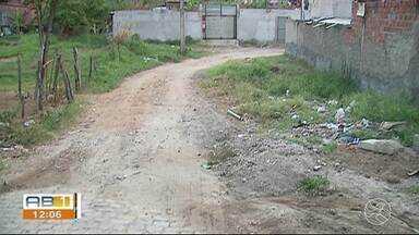 Mato, lixo espalhado e falta de calçamento incomoda moradores do Jardim Panorama - Problema está atraindo mosquito da dengue e insetos.