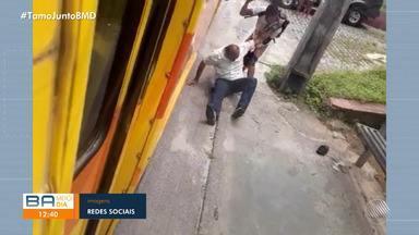 Passageiro pula a catraca de ônibus e agride cobrador do veículo em Ilhéus, sul do estado - O caso aconteceu por volta de meio-dia do domingo (26). Câmeras de segurança registraram o momento da agressão.