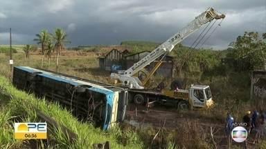 Ônibus tomba após anúncio de assalto e três ficam feridos na PE-05 - De acordo com a Polícia Militar, três pessoas ficaram feridas no acidente, na noite da terça-feira (28). Caso aconteceu no distrito de São Lourenço da Mata.