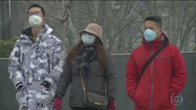 Coronavírus: autoridades chinesas alertam que número de casos deve subir até estabilizar - A Comissão Nacional de Saúde chinesa afirma que pode levar até dez dias para o surto atingir o pico de contaminação. Só na terça (28), foram registrados quase 1,5 mil casos na China. O risco de infecção está em alto em Pequim. Já são mais de cem casos na capital com uma morte confirmada.