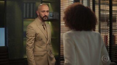 Álvaro tenta convencer Vitória a voltar atrás - A advogada rompe de vez sua relação profissional com o empresário