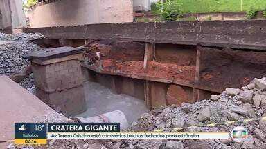 Cratera na Avenida Tereza Cristina começa a ser tampada em Belo Horizonte - Pedras foram colocadas no local.