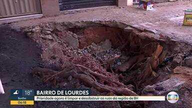 No bairro de Lourdes, região centro-sul de BH, a prioridade agora é o trabalho de limpeza - Na praça Marília de Dirceu os estragos foram enormes, o cenário ainda é de destruição.