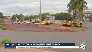 Na rotatória da Joaquim Murtinho, motoristas estão destruindo sinalização das obras - Na rotatória da Joaquim Murtinho, motoristas estão destruindo sinalização das obras