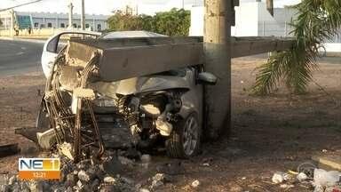 Carro fica destruído após bater em poste na Avenida Sul, no Recife - Acidente ocorreu no bairro de Afogados, na Zona Oeste da capital pernambucana.