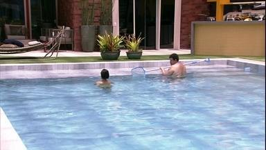 Babu e Manu tomam banho de piscina no BBB20 - Brothers aproveitam piscina