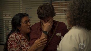 Camila perde bebê - Danilo fica sem chão ao saber o que aconteceu com a amada. Thelma liga para o filho diz para Gabo que não pode mais viajar