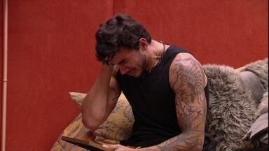 Guilherme chora ao ver fotos da família no Quarto do Líder - Brother se emociona