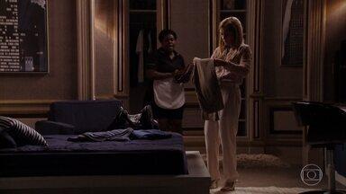 Carminha comenta com Zezé sobre o comportamento de Nina - Carminha diz que sempre desconfiou de Nina